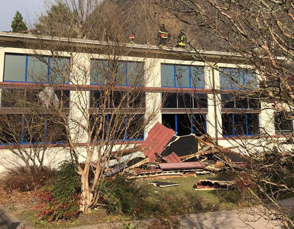 Scoperchiato il tetto della scuola di Laveno