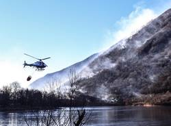 Canadair ed elicottero in azione a Ghirla (foto Lisa Berg)