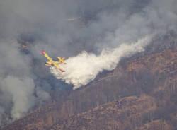 Canadair in azione sull\'incendio del Monte Martica