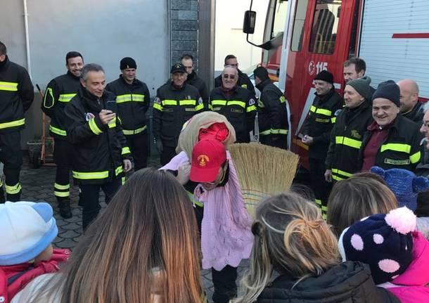 La Befana arriva coi vigili del fuoco
