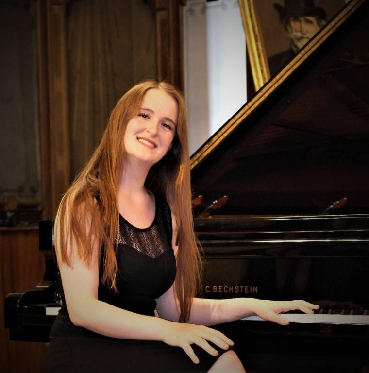 Sophia Zanoletti al pianoforte per Casa Verdi di Milano