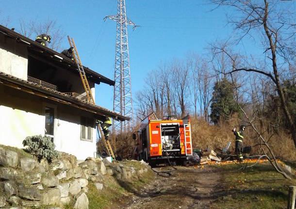 Incendio tetto a Gemonio
