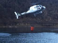 Elicottero in azione per spegnere l'incendio a Ghirla