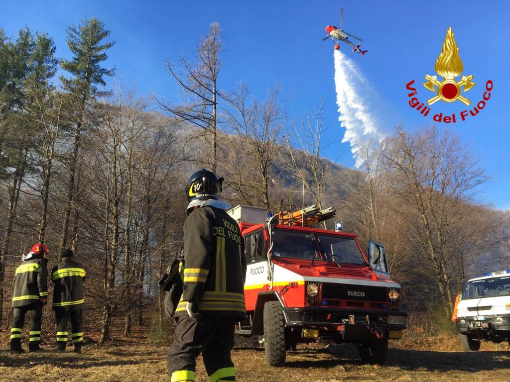 Incendio a Ghirla, le foto dei vigili del fuoco