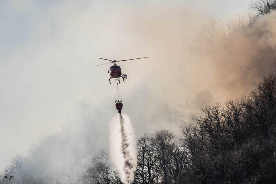 L'elicottero in azione a Ghirla (foto di Franco Pellizzer)