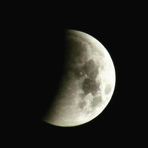 Tintarella di luna: l'eclisse