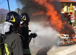 Auto in fiamme a Brezzo di Bedero