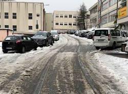 La neve  nel parcheggio e lungo la strada che porta agli istituti superiori
