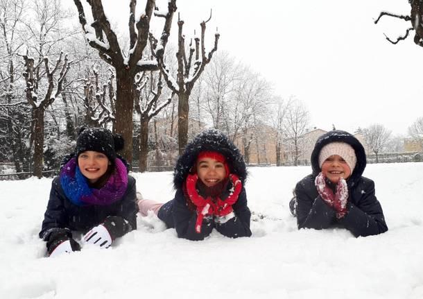 A palle di neve nel cortile della scuola