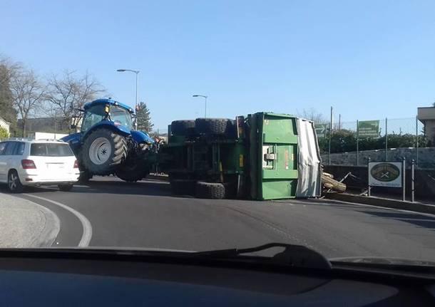 Cappotta il rimorchio di un trattore, traffico in tilt a Casbeno
