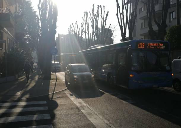 Si smonta una gru: trafico in tilt in via Roma
