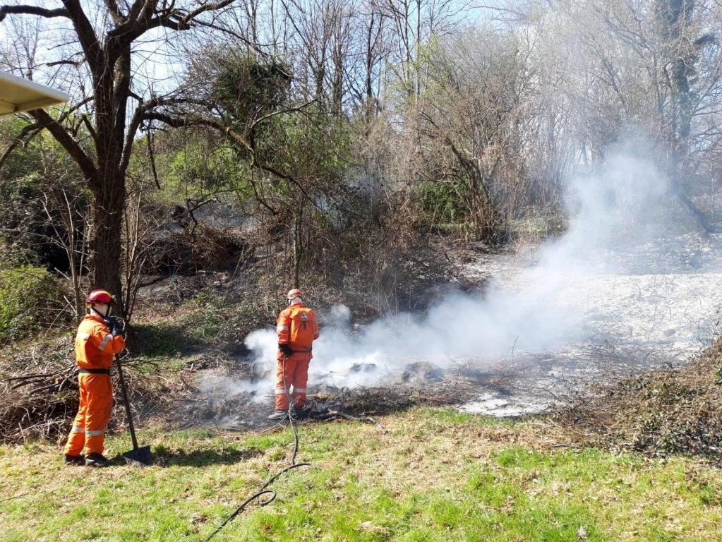Sterpaglie in fiamme a Cocquio