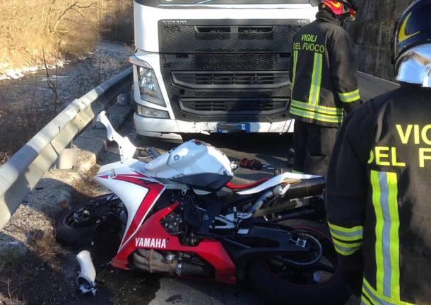 Frontale tra un camion e una moto in via Provinciale, morto un motociclista
