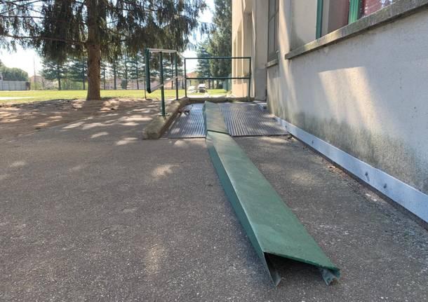 Tetto sradicato alle scuole di Fagnano Olona