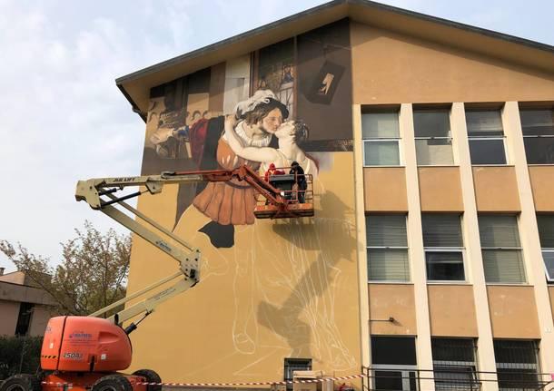 Andrea Ravo Mattoni realizza un murales a Gavirate