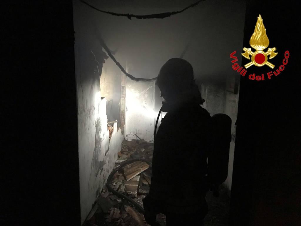 Incendio a Luino, vigili del fuoco inazione