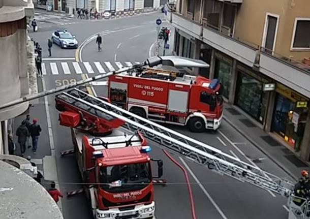 Incendio tetto in via Piave a Varese