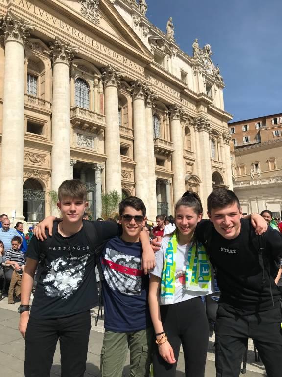 Quattro ragazzi di Gallarate sulla papamobile con Papa Francesco