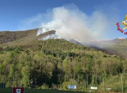 L\'incendio nel boschi di Dumenza