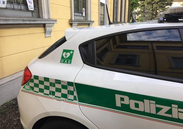 consegna vettura polizia locale con defibrillatore