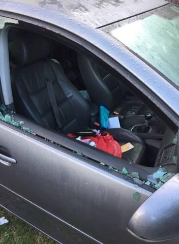Furto a Casciago, spaccato un vetro