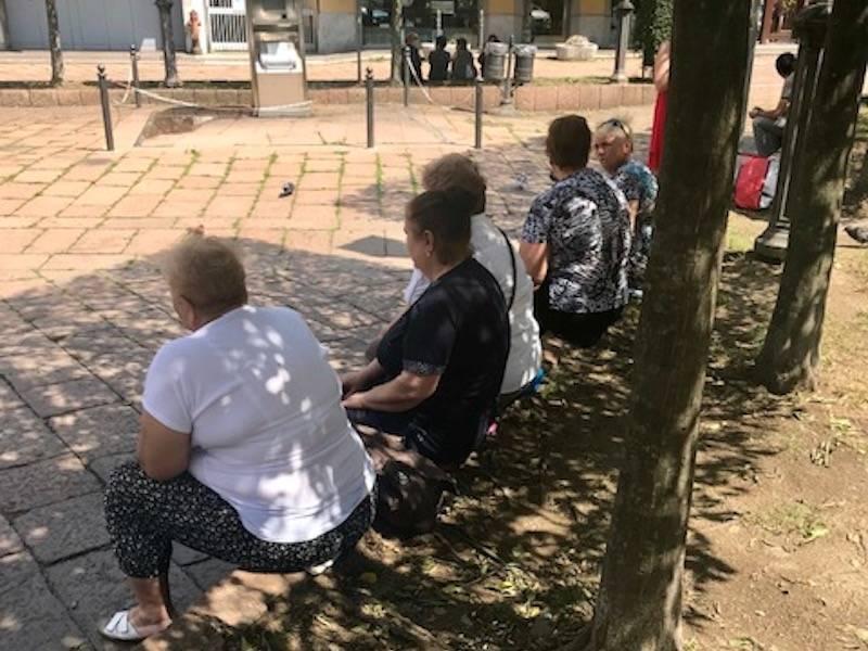Le badanti sedute sui cordoli