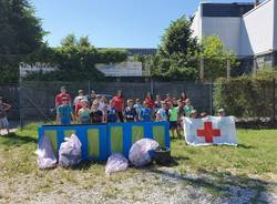 I giovani volontari ripuliscono la città