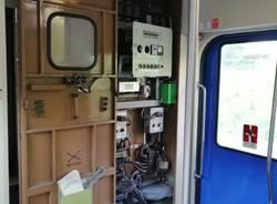 Treno per pendolari con cabina aperta contenente cavi e attrezzatura varia