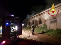incendio azienda agricola arcisate vigili del fuoco notte