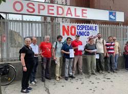 protesta contro ospedale unico comitato per il diritto alla salute del varesotto