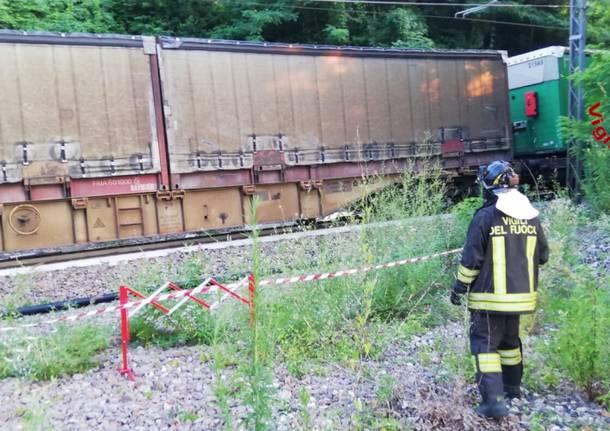 Auto precipita sulla ferrovia e viene travolta