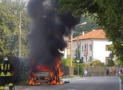Automobile in fiamme in Via Piave a Leggiuno