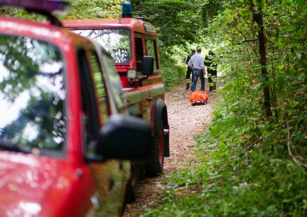 Cade in moto nel bosco, muore un uomo