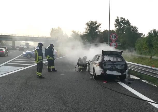 incendio auto svincolo
