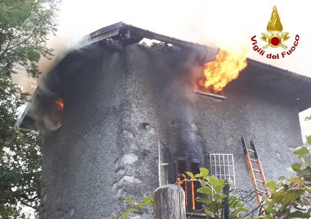 incendio cuveglio vigili del fuoco camionetta