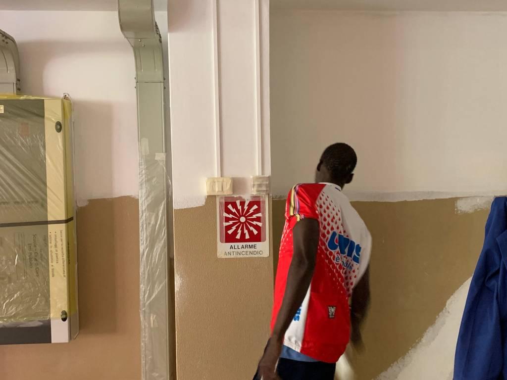 Richiedenti asilo impegnati nei lavori di imbiancatura alla Foscolo