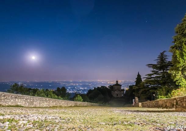 sacro monte con la luna piena - foto di gabriele bistoletti