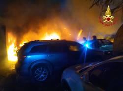 Auto in fiamme nella notte