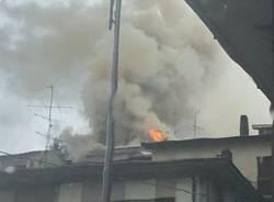 Incendio di un tetto a Biumo Superiore