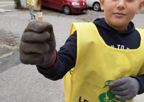 Bambini ripuliscono il centro di Varese