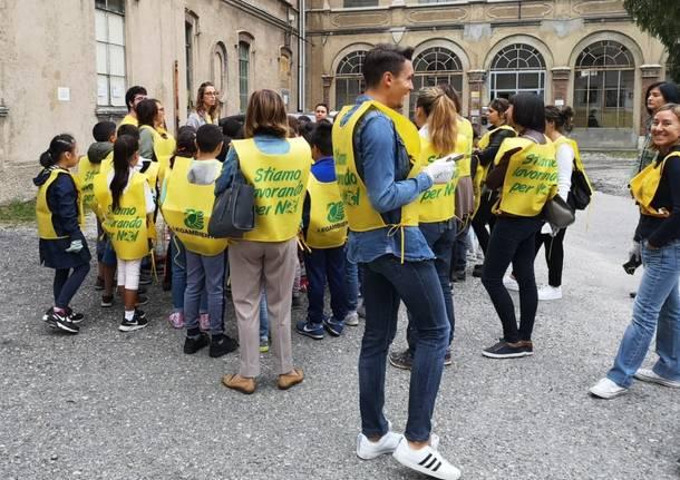 Gli alunni della Mazzini e della Cairoli puliscono il centro