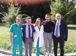 equipe medica e chirurgica di oncologia che ha salvato la vita a un giovane di 23 anni