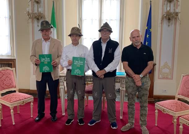 gli alpini consegnano il libro verde al vicesindaco