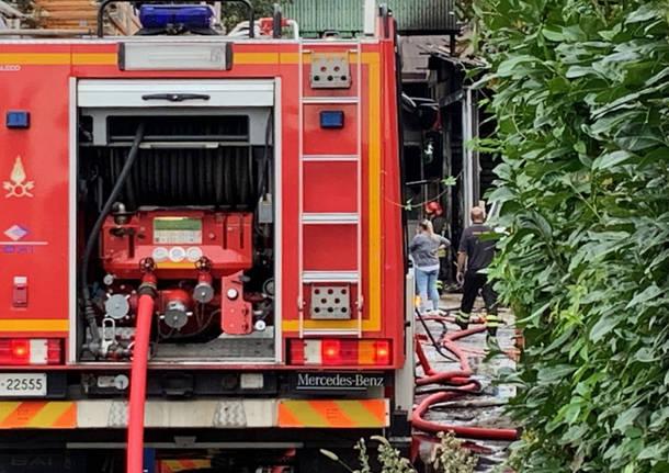 Incendio in una carrozzeria a Vedano Olona