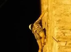 L'arrampicata sul campanile di Taino