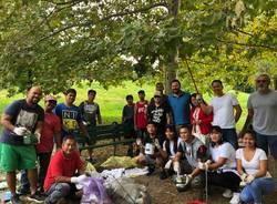 La comunità filippina pulisce il parco di via Pista Vecchia