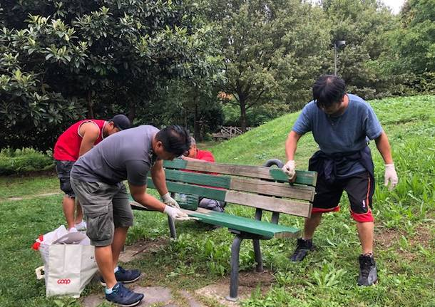 La comunità filippina ripulisce il parco di via Pista Vecchia