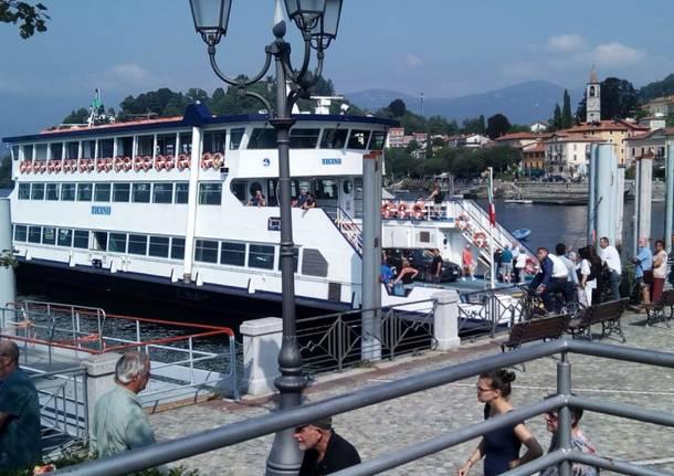 Si getta nel lago Maggiore, soccorsi in azione a Laveno Mombello