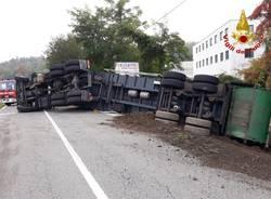 Camion della spazzatura ribaltato in Via Trieste