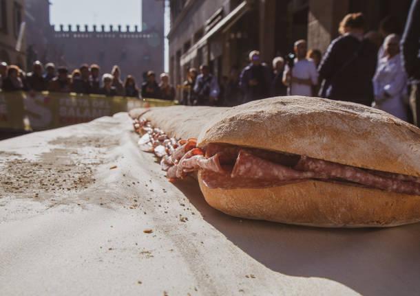 Il panino al salame lungo 10 metri